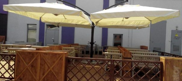 1-street-cantilever-umbrella-quadro-36m2-for-outdoor-areas-of-bars-restaurants-and-cafes